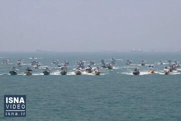 رژه شناوری بسیج دریایی سپاه در خلیج فارس / فیلم