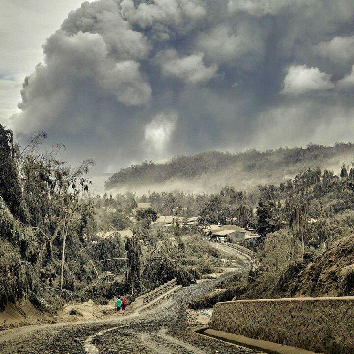 لحظه فوران آتشفشان و ورود مواد مذاب به خانه مردم / فیلم