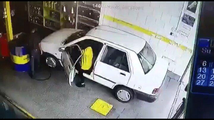 هول شدن خانم راننده پراید در تعویض روغنی حادثه آفرید! / فیلم