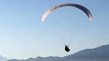 ویدیویی هولناک از فرود آمدن یک چترباز روی سر تماشاچی