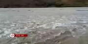 جاری شدن سیلاب در رودخانه کاجو در جنوب سیستان و بلوچستان / فیلم