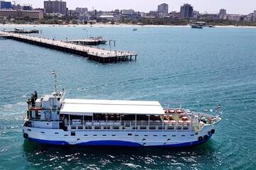 لحظات هیجانانگیز سفر با کشتی در دریای خروشان / فیلم