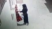 لحظه سرقت پتو توسط یک زن در روز روشن / فیلم