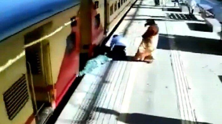 نجات معجزهآسای جان پیرزن ۷۱ ساله از زیر قطار / فیلم