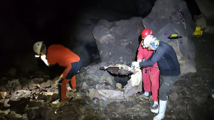 خارج کردن قطعات خودرو ۵۰ ساله از عمیق ترین غار ایران / تصاویر