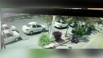 ویدیو وحشتناک از لحظه برخورد پژو با خودروهای پارک شده در مشهد