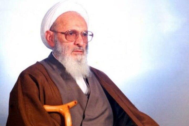 """رهبر انقلاب بر پیکر علامه """"حسنزاده آملی"""" نماز میخوانند"""