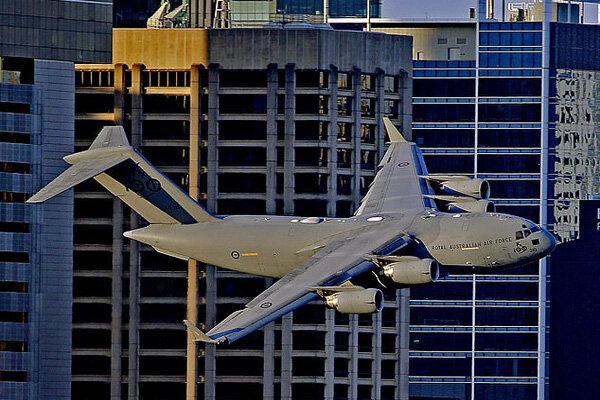 ویدیو نفسگیر از لحظه پرواز هواپیمای غولپیکر نظامی در نزدیکی ساختمانهای مسکونی!