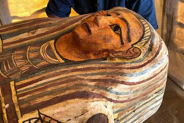 تصاویری جالب از لحظه باز کردن یک تابوت ۲۵۰۰ ساله در مصر / فیلم