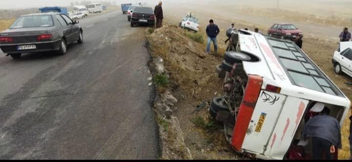 تصادف مینیبوس با پراید ۱۸ مصدوم برجای گذاشت