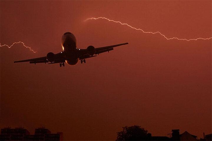 لحظه برخورد صاعقه با هواپیمای مسافربری / فیلم