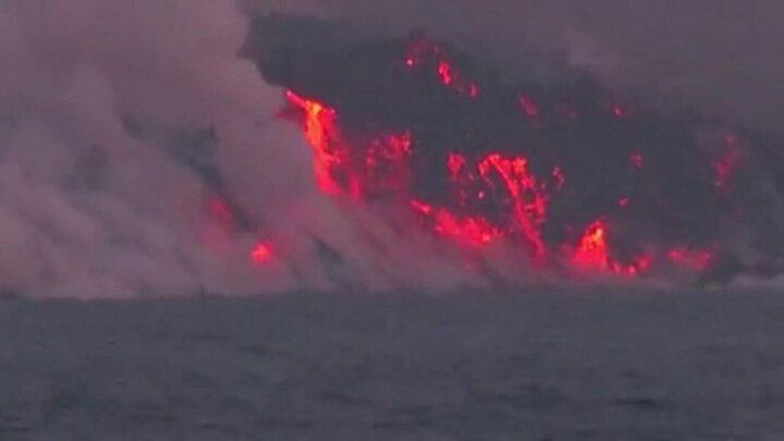 لحظه ورود گدازههای آتشفشانی به اقیانوس / فیلم