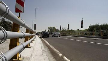 اقدام خطرناک راننده تریلی برای حفظ تعادل خودرو در بزرگراه / فیلم