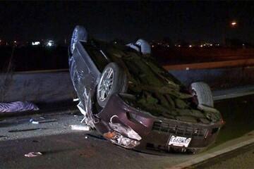 واژگونی وحشتناک خودرو در وسط اتوبان به دلیل در رفتن لاستیک ماشین / فیلم