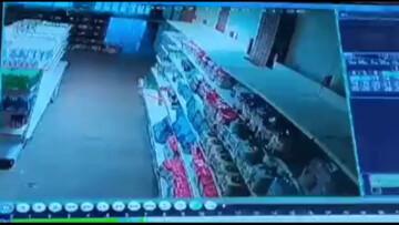 لحظه وقوع زمین لرزه در یکی از فروشگاه های شهرستان کوهرنگ / فیلم