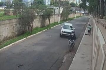 صحنه زیرگرفتن دو زورگیر موتوسوار با خودروی شاسی بلند / فیلم