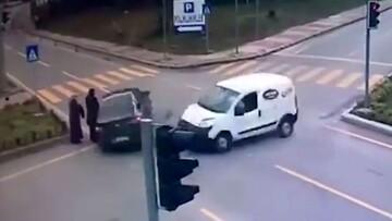 ویدیو وحشتناک از برخورد ماشین با دو عابر پیاده در چهارراه!
