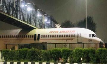 گیرکردن هواپیما غولپیکر زیر پل هوایی در هند! / فیلم