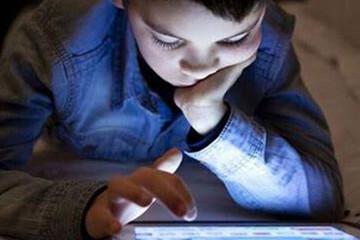 خطرات بازی کردن کودکان با تلفن همراه در شب