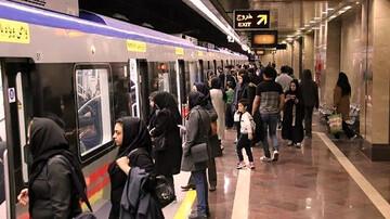 رنگ موی عجیب پیرمرد در مترو تهران سوژه شد / عکس
