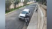 لحظه زیر گرفتن دو سارق موتورسوار توسط خودروی شاسی بلند / فیلم