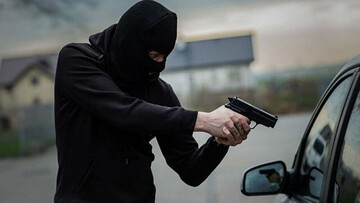 لحظه سرقت خودروی ۲۰۶ با اسلحه کلاشینکف در اهواز / فیلم