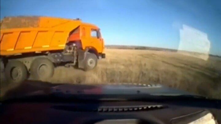 تعقیبوگریز و دستگیری راننده کامیون کمپرسی توسط پلیس در جاده / فیلم