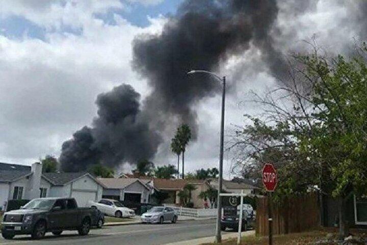 یک هواپیما در منطقه مسکونی در کالیفرنیا سقوط کرد