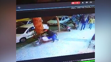 سرقت عجیب موتورسیکلت توسط سارق خونسرد مشهدی مقابل چشم عابرین پیاده! / فیلم