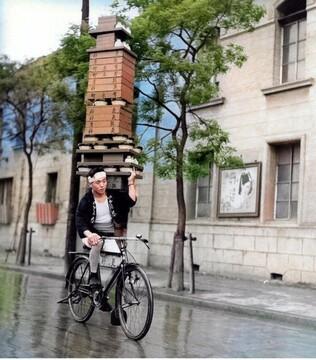 مهارت عجیب پیک بیرونبر در حمل غذا با دوچرخه / عکس