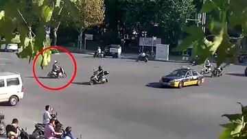 تصادف وحشتناک دوچرخهسوار با موتورسیکلت در وسط تقاطع / فیلم