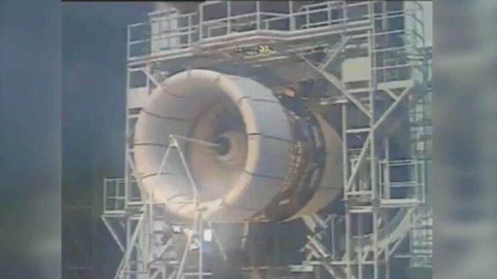 لحظه انفجار موتور هواپیما به دلیل برخورد با پرنده / فیلم