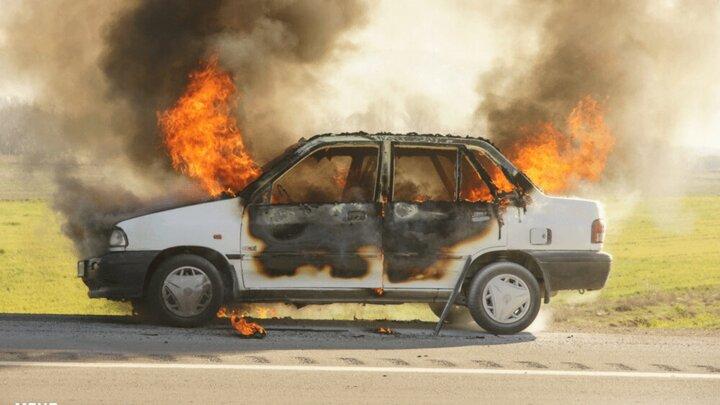 صحنه آتش گرفتن خودروی پراید در آبادان / فیلم