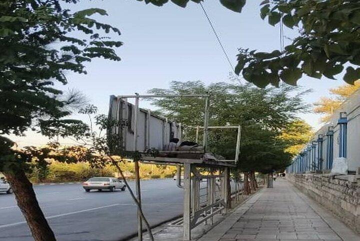 اینجا ایران است؛ سکونت یک خانوده روی سقف ایستگاه اتوبوس! + عکس دلخراش