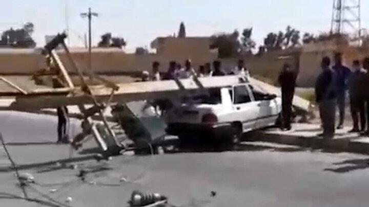 له شدن پراید در اثر سقوط تیر چراغ برق! / فیلم