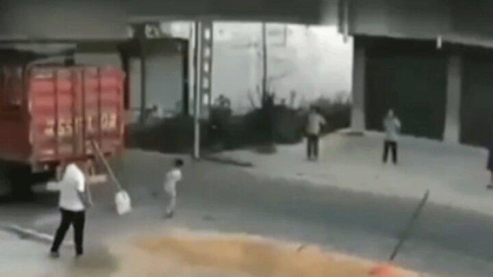 ویدیو هولناک از عبور تراکتور از روی سر کودک بازیگوش