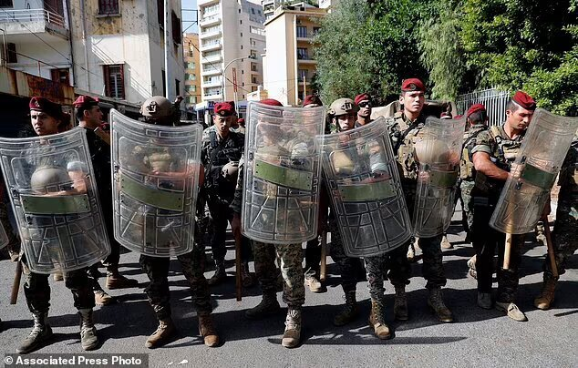 بیروت متشنج شد / امل و حزبالله حامیان را به آرامش فراخواندند
