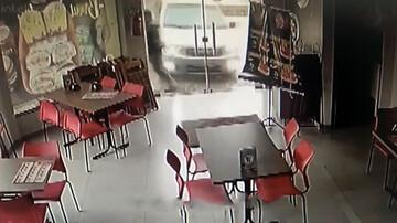فرار لحظهآخری عابر پیاده از تصادف مرگبار با ماشین شاسیبلند / فیلم