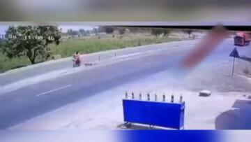 تصادف وحشتناک موتورسیکلت با کامیون در جاده / فیلم