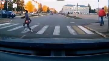 تصادف وحشتناک خودروی شاسی بلند با عابرپیاده در تقاطع / فیلم