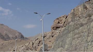 فیلمی شوکه کننده از لحظه انفجار سنگ ۳ هزار تنی در آزادراه تهران-شمال