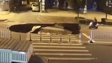 سقوط عجیب موتورسیکلت به داخل گودال بزرگ پس از رانش زمین / فیلم