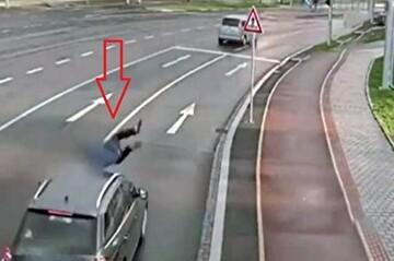 برخورد شدید خودرو با عابر پیاده در وسط اتوبان / فیلم