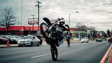 ویدیو هولناک از لحظه زمینخوردن موتورسوار هنگام اجرای حرکات نمایش در خیابان