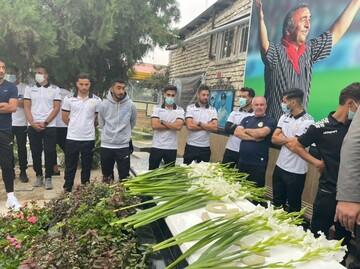 اعضای فجرسپاسی بر سر مزار نادر دستنشان رفتند / عکس