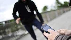 سرقت موبایل هنگام پخش زنده! /فیلم