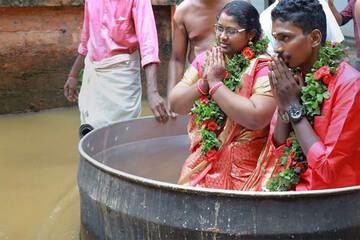 برگزاری جشن عروسی زوج هندی در میان سیل ویرانگر + نشستن عروس و داماد داخل قابلمه بزرگ / فیلم