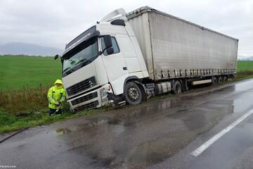 اشتباه هولناک راننده تریلی؛ یک اتومبیل را در جلوی خود هل میدهد! / فیلم