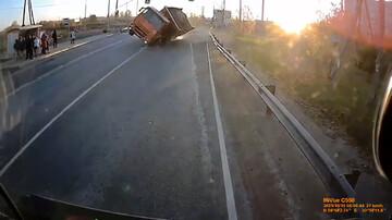 واژگونی هولناک کامیون هنگام سبقتگرفتن از خودرو / فیلم