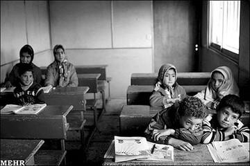 حضور مارها در کلاس درس یک مدرسه در سیرجان کرمان / فیلم